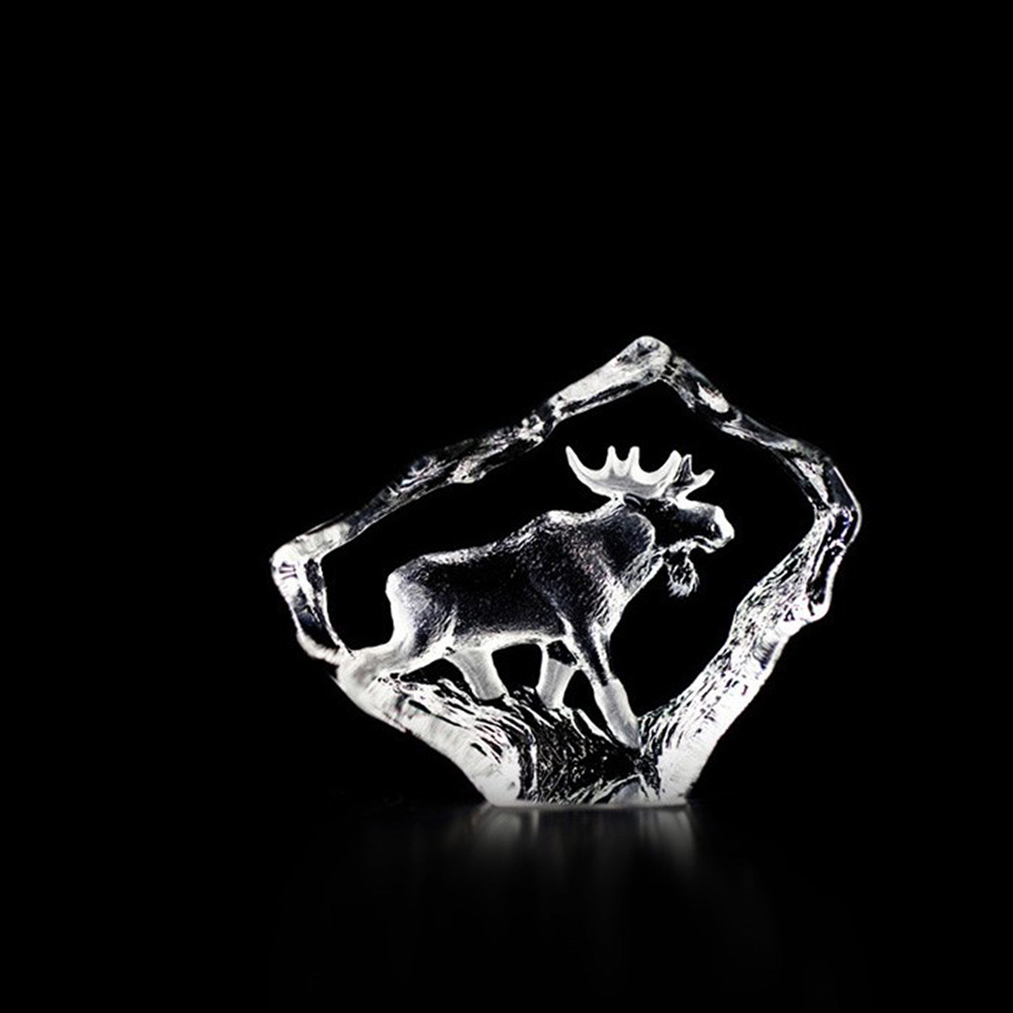 "Cast crystal sculpture with engraved and sandblasted motif. The sculpture is handmade in Sweden and signed on the bottom. The king of the forrest, The Elk, symbolizes well Sweden. Brand: Mats Jonasson Målerås Data: Size: 70 x 55 mm Designer: Mats Jonasson <br< td=""""></br<>"